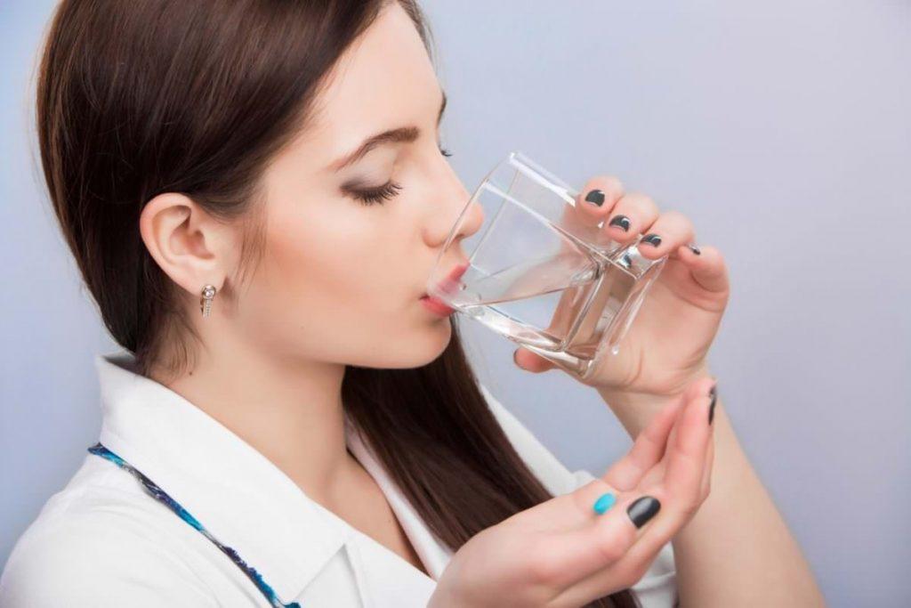 девушка выпивает воду